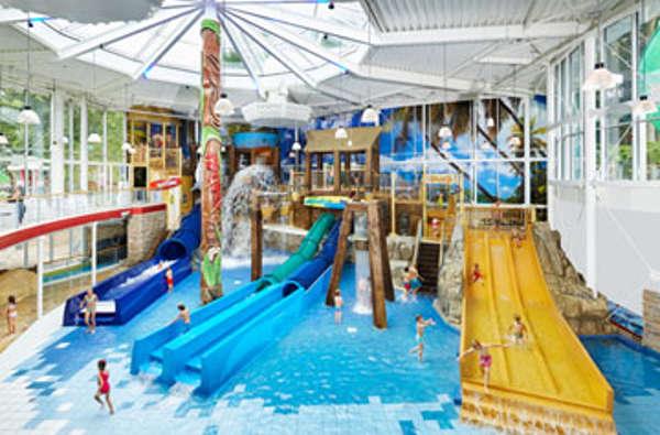 Zwembad Met Glijbaan.Subtropisch Zwembad Zwemparadijs Nederland Overzicht Van
